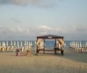 Sonnenstrand mit Liegen und Massage Service